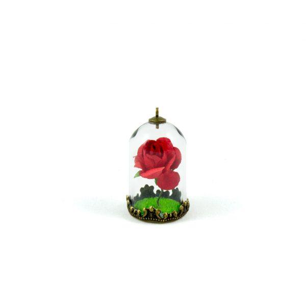 Detalle de colgante 2 que incluye una rosa en miniatura y una base de césped artificial
