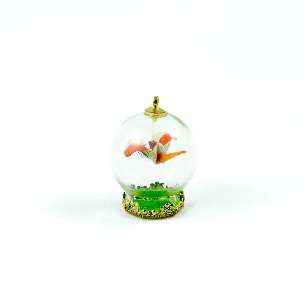 Detalle figura origami sobre capsula transparente