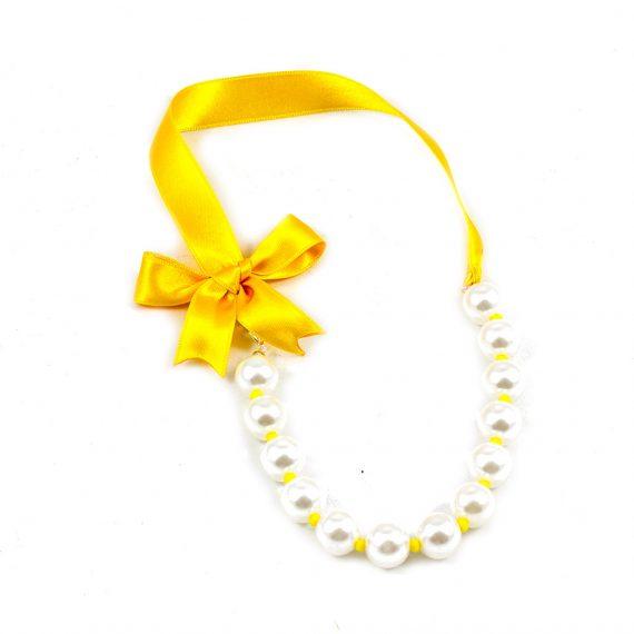 Lazo amarillo y perlas pequeño